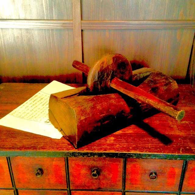漢方薬材をすり下ろす道具、薬研(やげん)
