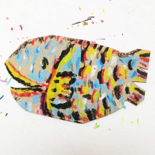 ダンボールにカラフルな魚を描く。完成イラスト