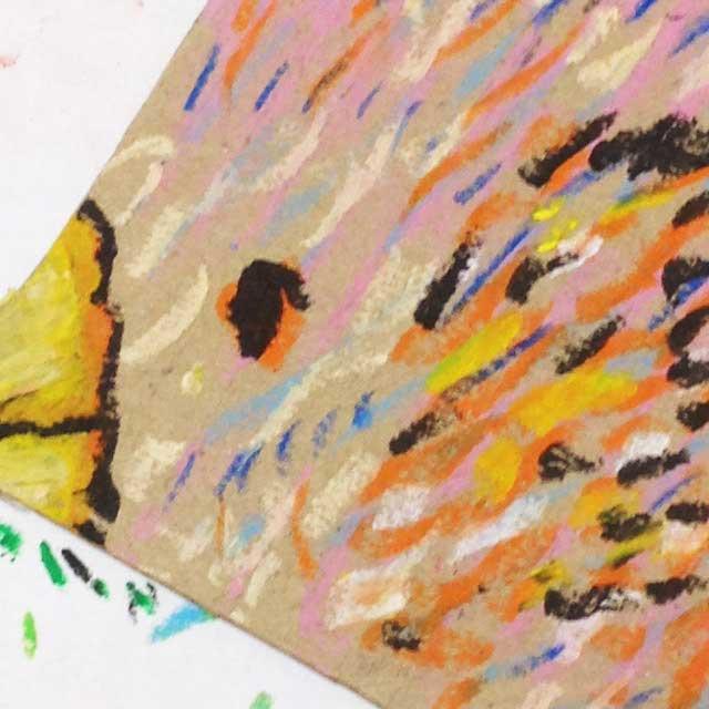 ダンボールにハートの鳥を描く。アップ