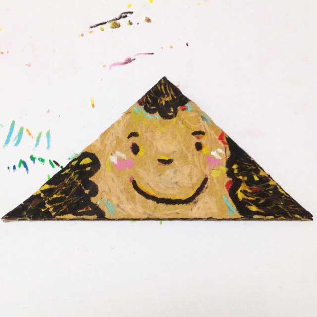ダンボールに三角の顔を描く。完成イラスト