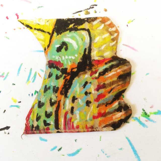 ダンボールにカラフルな鳥を描く。イラスト