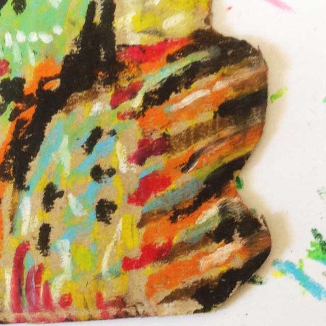ダンボールにカラフルな鳥を描く。拡大