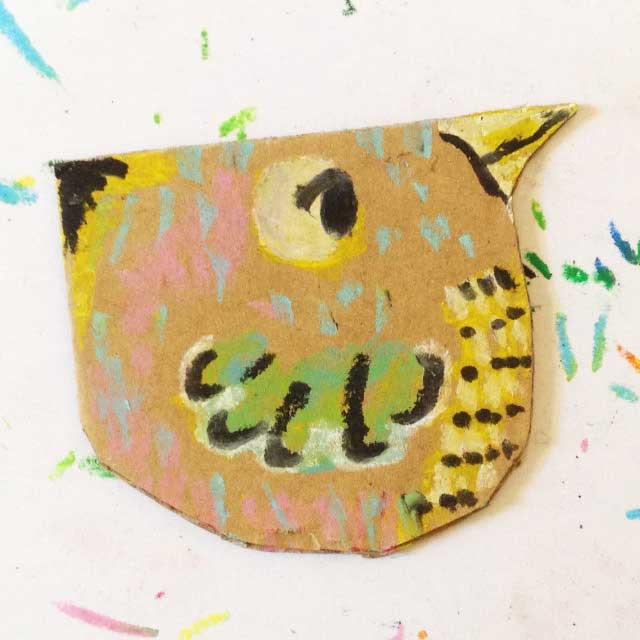 ダンボールに小さな鳥を描く。イラスト