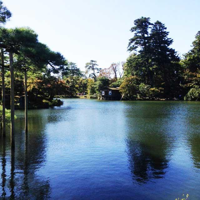 金沢・兼六園に行く「霞ヶ池に浮かぶ蓬莱島」