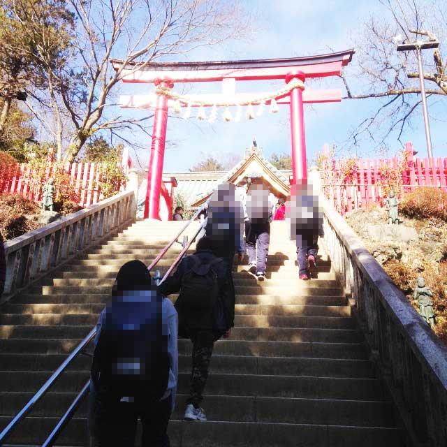 高尾山へ初詣「二番目の神社へ向かう階段」