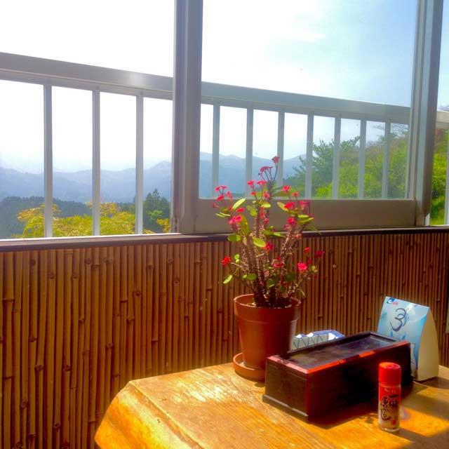 ユガテ、顔振峠、越上山を歩く「茶屋のテーブル」