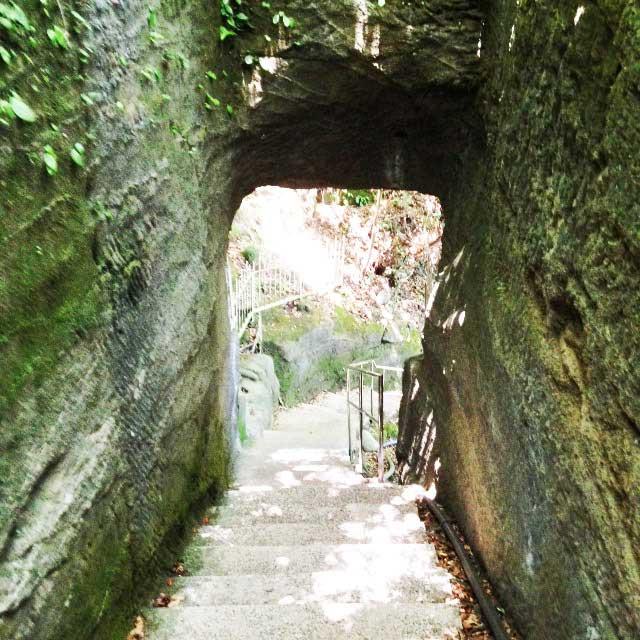 鋸山と日本寺「石のトンネル」