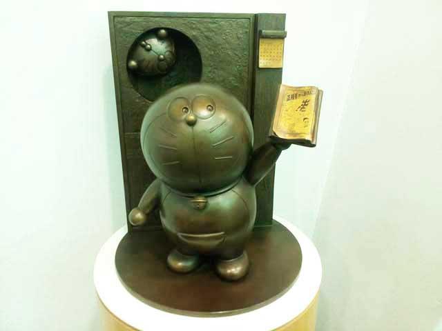 おとぎの森と藤子F不二雄ふるさとギャラリー「ドラえもんの銅像」