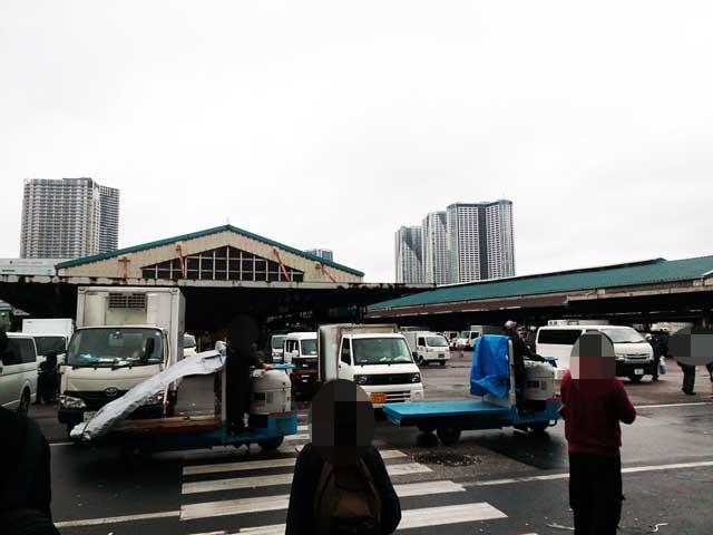 築地市場へ行く「ターレ」