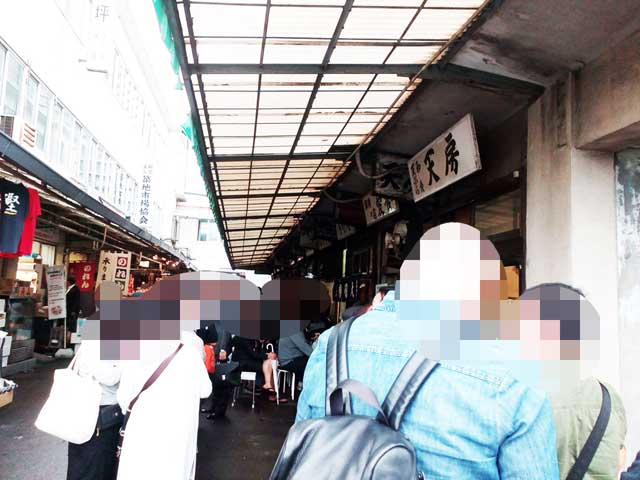 築地市場へ行く「天丼屋行列」