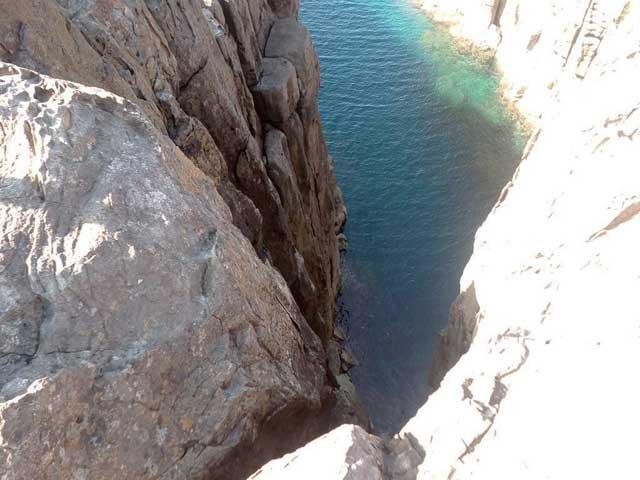 東尋坊へ行く「崖から覗く」